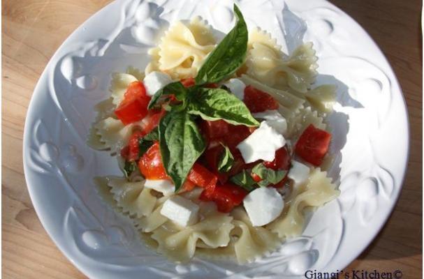 Farfalle with fresh tomatoes, basil and mozzarella